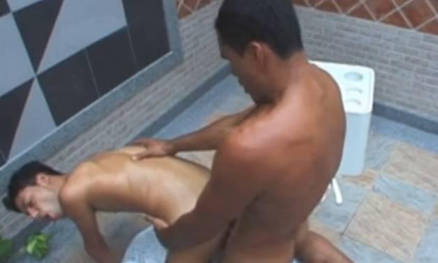 Gay Brasil: Carinha levando um pirocão no rabo