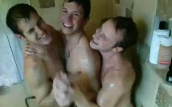3 amigos héteros tomando banho juntos e zoando – AMADOR