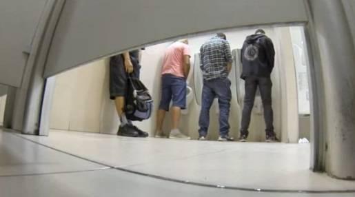 FLAGRA: Putaria com vários caras no banheirão do shop