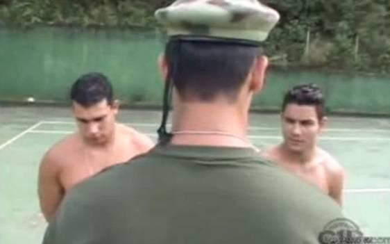 Gay Brasil: Capitão safado come dois soldados falando muita putaria