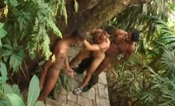 Brasil: Tommy Lima sendo fodido por dois negões no matagal