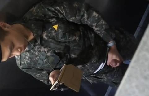 Soldado Coreano bate punheta e goza no banheirão