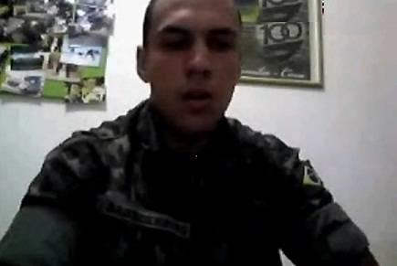 [Webcam] Soldado brasileiro bate punheta e mostra a bunda