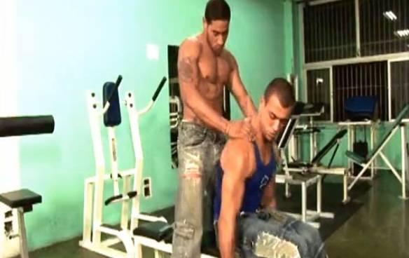 Brasileiros machos e sarados fazem sexo na academia