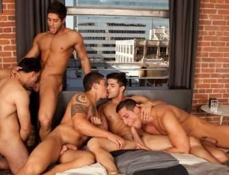 Cinco machos latinos em orgia gay de sexo oral