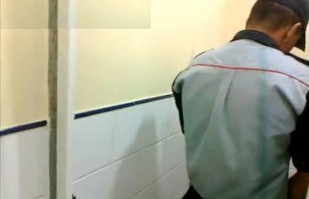 Seleção de vídeos de putaria entre machos no banheirão