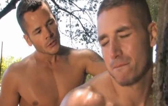 Homens deliciosos e sarados trepando na floresta