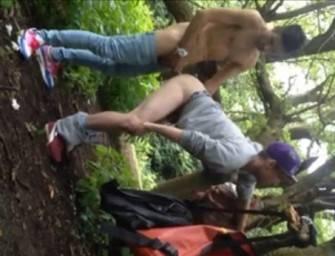 Garotos transam no parque enquanto amigo filma