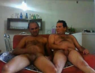 Dois coroas brasileiros se masturbando juntos