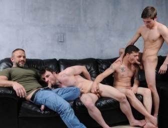 Jhonny e seus amigos trepando com o seu padrasto