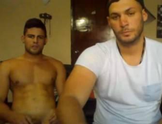 Dois caras super gatos se zoando na webcam