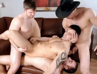 Quatro machos incríveis em suruba gay com DP