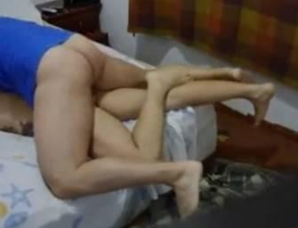 Machão gozou na porta do cu do vizinho brasileiro