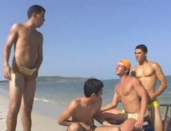 Orgia gay com quatro brasileiros quentes na praia
