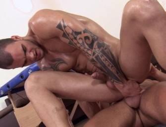 Dois machos ganham massagem e dão os cuzinhos