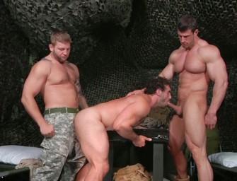 Jaxton dá pra dois colegas do exercito, Colby e Zeb Atlas