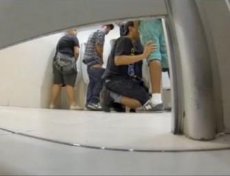 Pegação em grupo no banheiro do Shopping – COMPLETO
