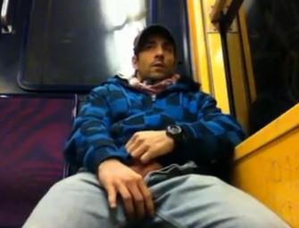 Homem põe o cacete pra fora e goza no trem