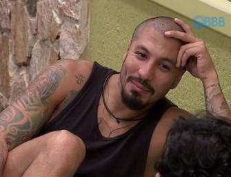 Fernando e Rafael se descuidam e ficam pelados no BBB15