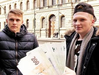 Garotos héteros na rua topam tomar no cu por dinheiro
