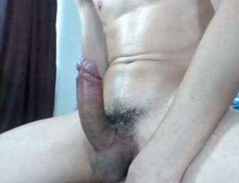 Boy safado se masturba com ajuda de brinquedo