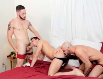 Adam paga dois boys maravilhosos para foder
