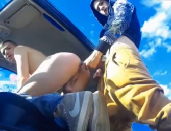 Casal fode gostoso no carro sem se importar com o movimento