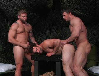 Trio sensação faz putaria gostosa nos bastidores do exército