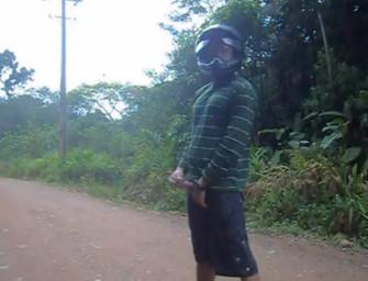 Motoqueiro é flagrado tocando uma na estrada