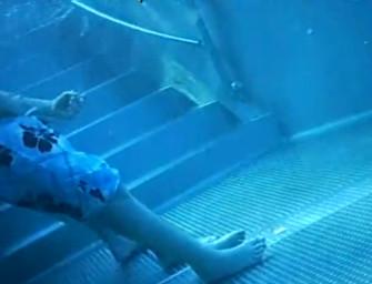Amigos se masturbam em piscina pública