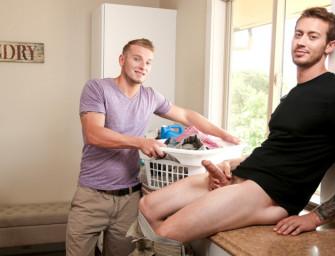 Jake flagra Mark Long tocando uma na lavanderia