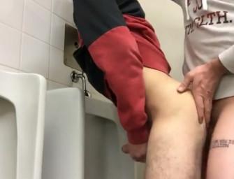 Universitários fodem no banheiro escondido