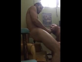 Barbudo gostoso coloca amigo pra chupar e goza na boca