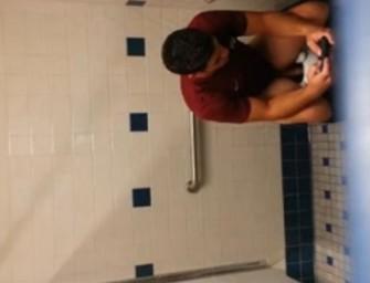 Macho é flagrado no banheirão da faculdade