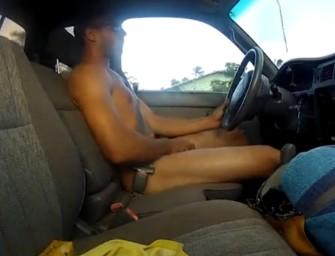 Morenão delicioso se masturba enquanto dirige