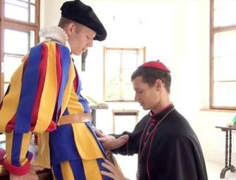 Seminarista aproveita folga para chupar o guarda
