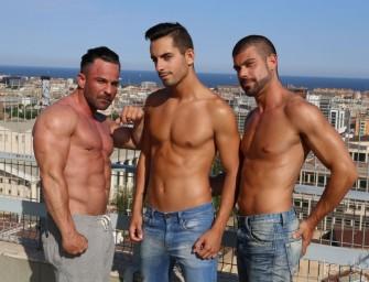 Machos europeus fazem threesome no terraço de prédio