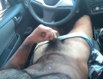 Malhado peludo se masturba e goza dentro do carro