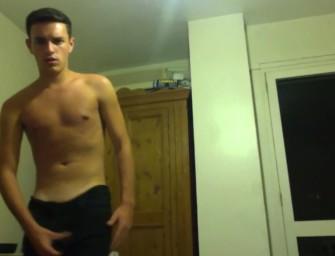 Britânico sarado mostra pauzão e se delicia na webcam