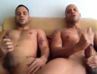 Melhores amigos se masturbam e relaxam juntos no sofá