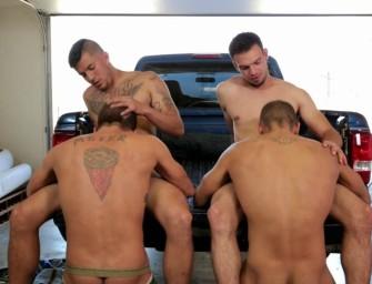 Quatro amigos fazem putaria safada na garagem de casa