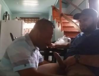 Homem casado paga boquete no vizinho hétero
