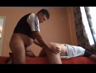 Novinho brasileiro paga mecânico com cu apertado