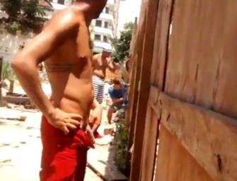Cariocas semipelados mijam no meio da rua em bloco