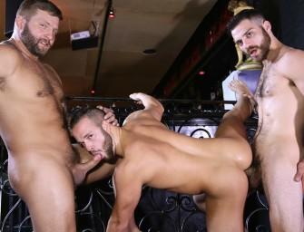 Barman fodem gostoso com casal após o expediente