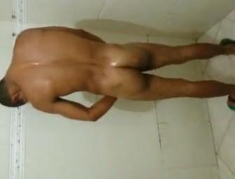 Macho flagra novinho tomando banho no centro de São Paulo