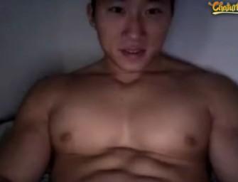 Japa musculoso e grandão mostra corpão e pauzão pra cam