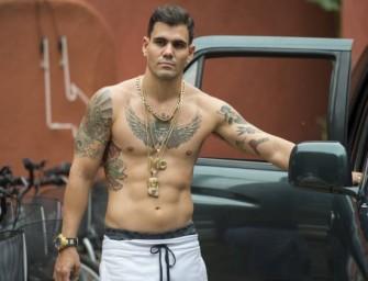 Assista o ator Juliano Cazarré completamente pelado em filme