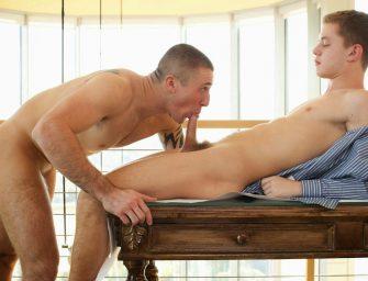 Ian mostra para o pedreiro como se mexe no cano