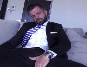 Executivo gato se masturba e esporra para todos os lados